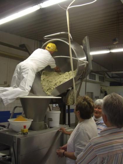 Der Teig kommt - Kohlbrotbacken beim Kalle-Bäcker -  Kohlbrot